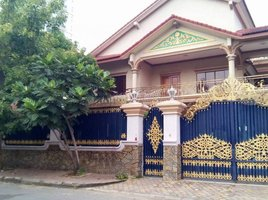 金边 Boeng Kak Ti Pir Nice Villa For Rent in TUOL KORK, 7 Bedrooms ( 20m x 25m ), $2,500/m ផ្ទះវីឡាសំរាប់ជួលនៅទួលគោក, ៧ បន្ទប់គេង, 20m x 25m, $2,500/ខែ 7 卧室 房产 租