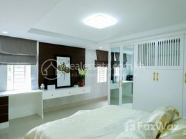 4 Bedrooms Villa for sale in Chhbar Ampov Ti Muoy, Phnom Penh Corner house for sale near Phrek Eng Market