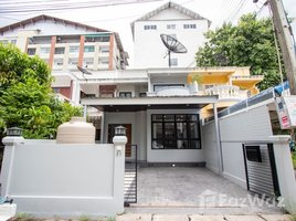 2 Bedrooms Property for sale in Suthep, Chiang Mai 2 Bedroom Townhouse for Sale on Siri Mangkalajarn Road, Nimman Area